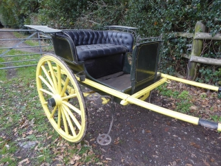 Lot 9 (1) - GIG built by Barker of Limerick to suit 14 hh; painted green with yellow lining, on a yellow painted undercarriage with green lining. On 14-spoke Warner wheels with green lining and semi-elliptic springs. Navy buttoned leatherette seating, mud guards, curved dash with rein rail, lamp brackets and metal steps
