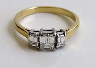 Lot 461 - 18ct gold & 3 stone diamond ring. Diamonds, emerald cut 1ct total, colour G, clarity VS. Size N 1/2